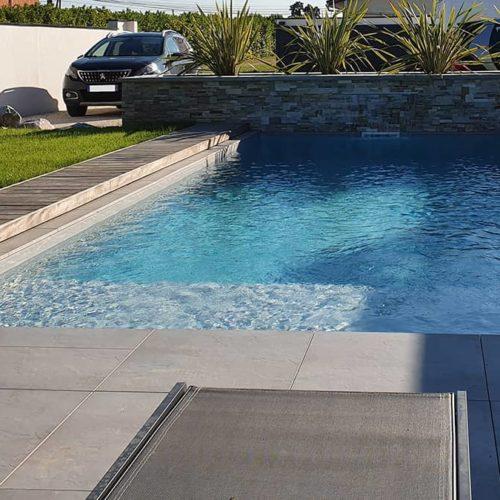 gros plan d'une piscine enterrée beton remplie d'eau
